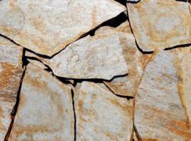 """Болгарский гнейс Желтый """"Kribula"""". Толщина 2-3 см. Камень дикарь, применяется на дорожки и облицовку."""