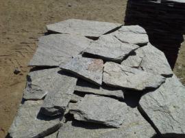 Болгарский гнейс Серо-Белый. Толщина 2-3 см. Камень дикарь, применяется на дорожки и облицовку.