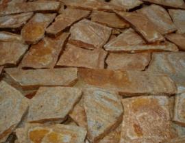 Болгарский гнейс Желтый темный. Толщина 2-3 см. Камень дикарь, применяется на дорожки и облицовку.