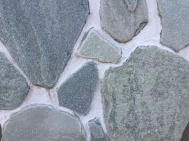 Болгарский гнейс Серый Металлик. Толщина 2-3 см. Камень дикарь, применяется на дорожки и облицовку.